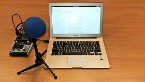 Portátil Katana con micrófono para grabar el podcast.